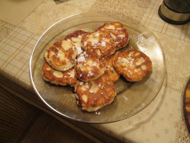Простые сырники из творога с манкой и изюмом