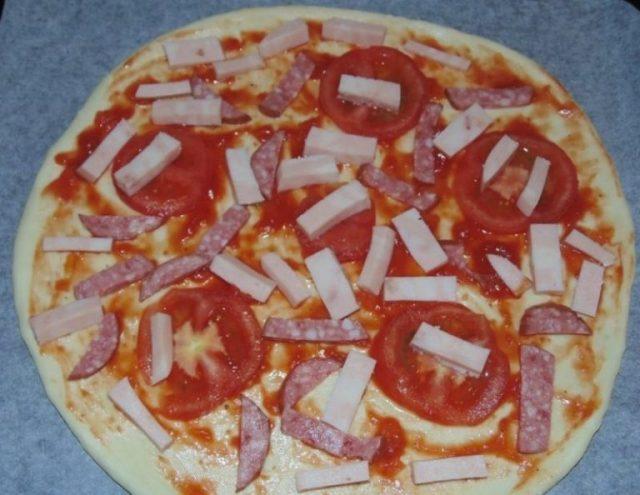 Порезанная колбаса для пиццы