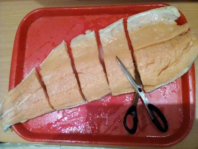 Нарежем лосось на куски
