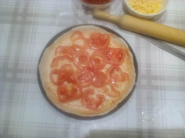 Разложим помидоры по тесту