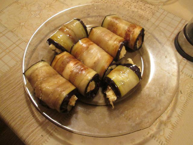Рулетики из баклажанов с чесноком и сыром