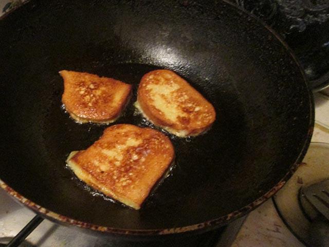 Гренки из белого хлеба с яйцом и молоком на сковороде