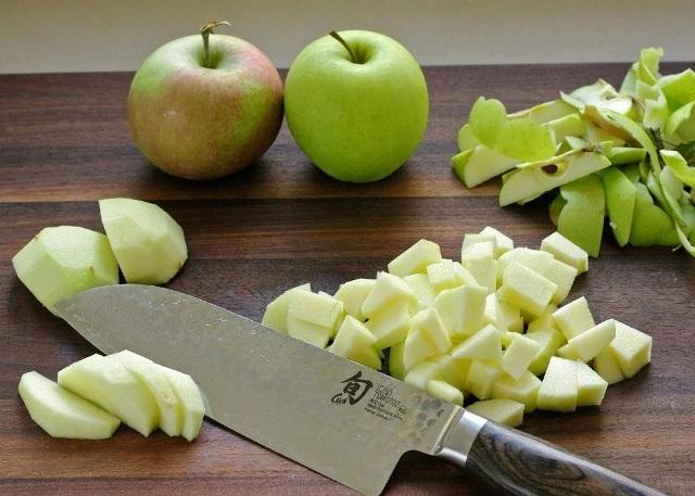 Нарезанные кубиками яблоки