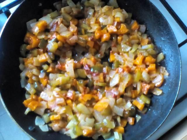 Добавляем муку к овощам