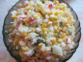 Салат c крабовыми палочками, рисом и кукурузой