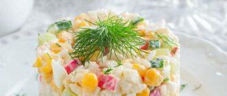 Cалат c крабовыми палочками, рисом и кукурузой