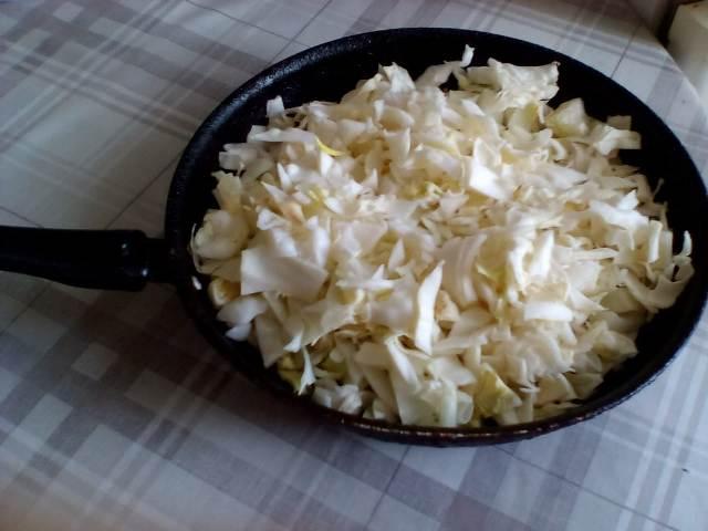 Выкладываем капусту в сковороду