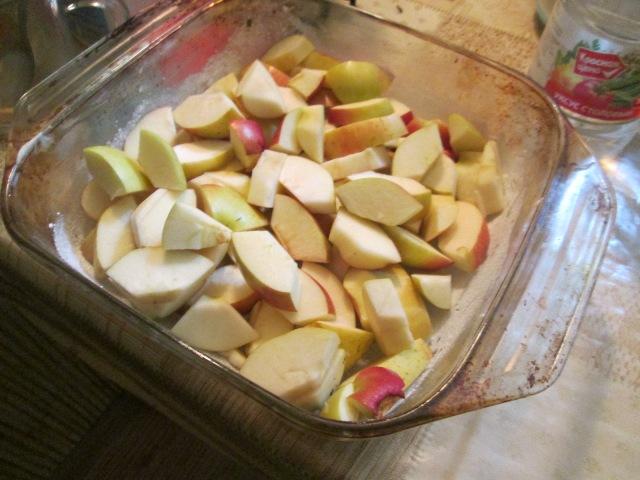 Порезанные яблоки в форме для запекания
