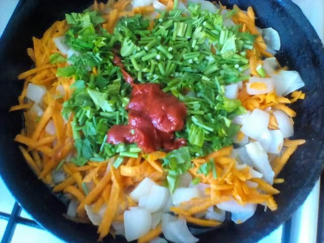 Овощи с томатной пастой на сковороде
