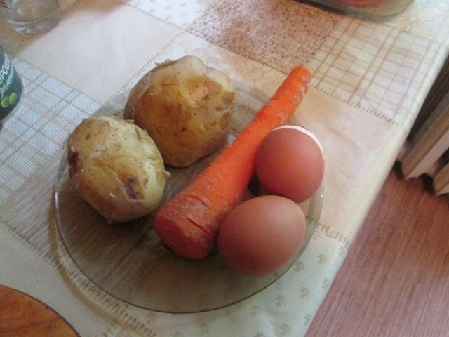 Вареные для салата овощи и яйца