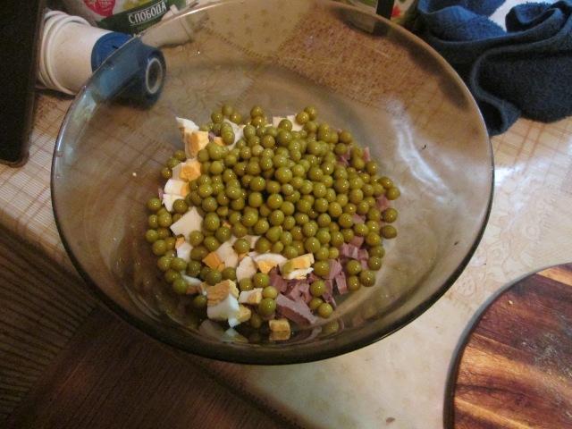 Добавляем горошек в салат