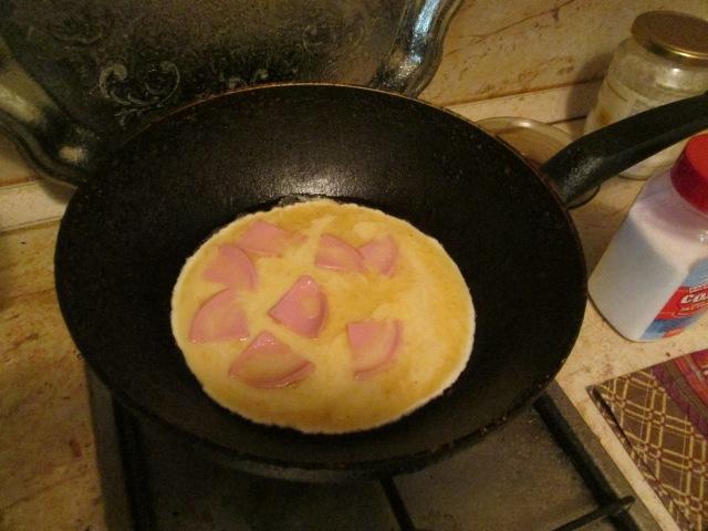 Заливаем смесь из яиц и молока в сковороду