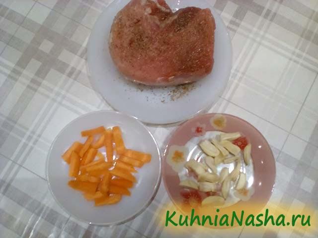 Нарезанные морковь и чеснок