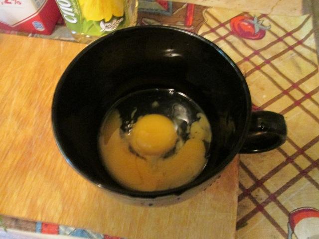 Разбиваем яйца в большую чашку