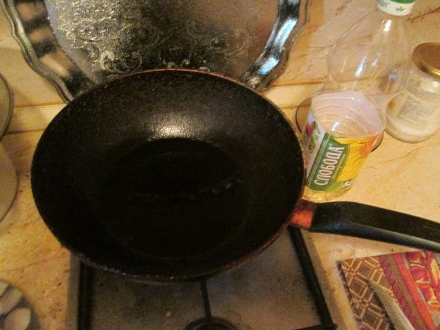 Разогреваем масло на сковороде