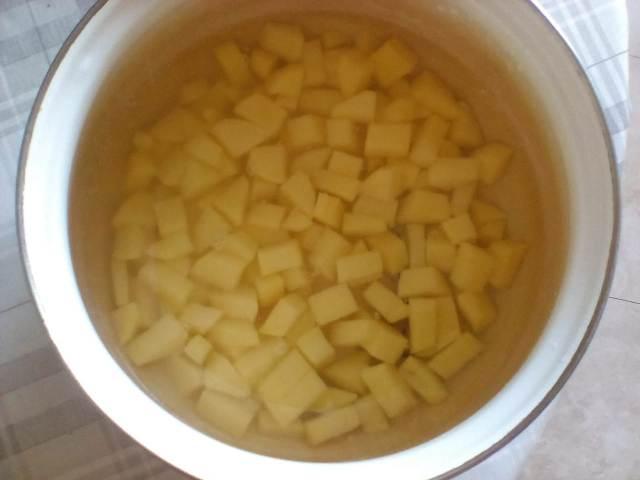 Режем кубиками картошку