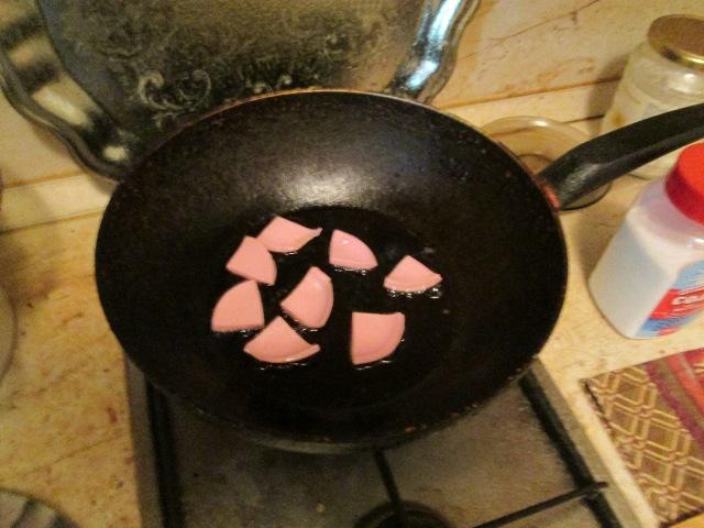 Жарим колбасу на сковороде