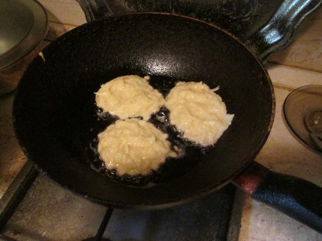 Жарим оладушки из кабачков на сковороде