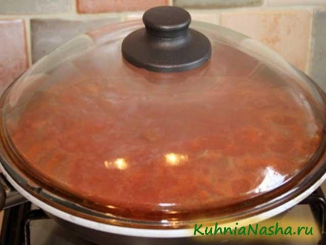 Фарш с томатной пастой на сковороде