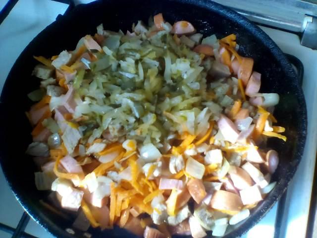 Порезанные ингредиенты для солянки на сковороде