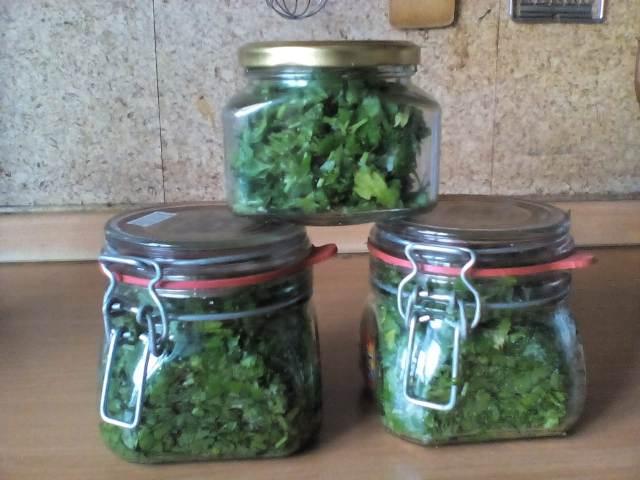 Зелень с солью на зиму в банке
