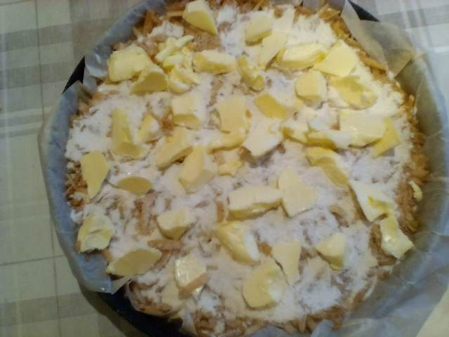 Кладем слой сливочного масла в яблочного пирог