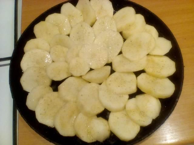 Порезанная картошка на сковороде