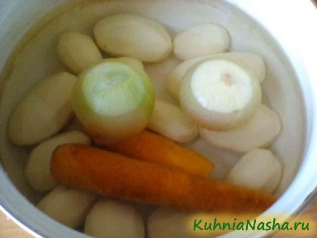 Чистим овощи для супа с фрикадельками