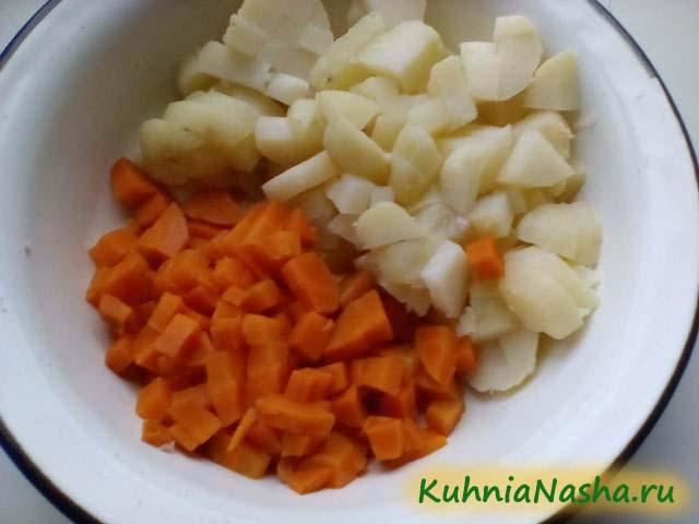 Порезанные картошка и морковь