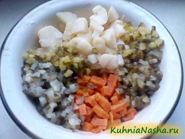 Порезанные морковь, картошка и огурцы