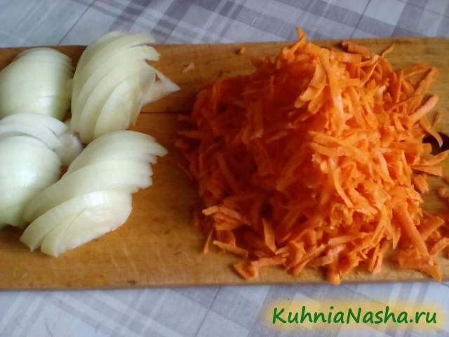 Порезанные лук и морковь