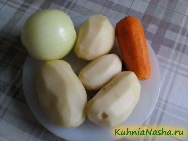 Чистим овощи для грибного супа