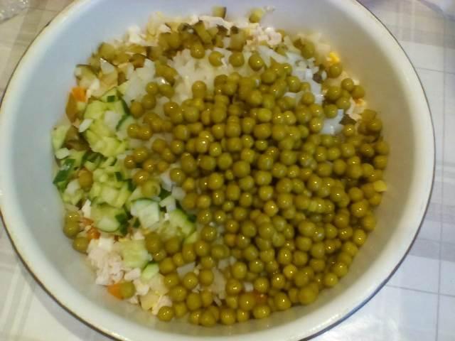 Добавляем в салат горошек