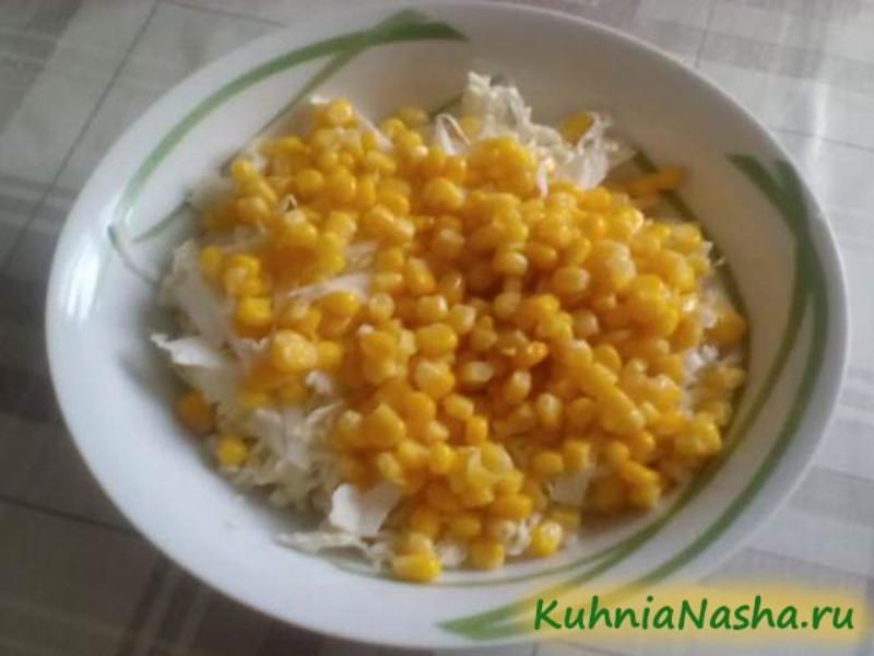 Добавляем в салат кукурузу