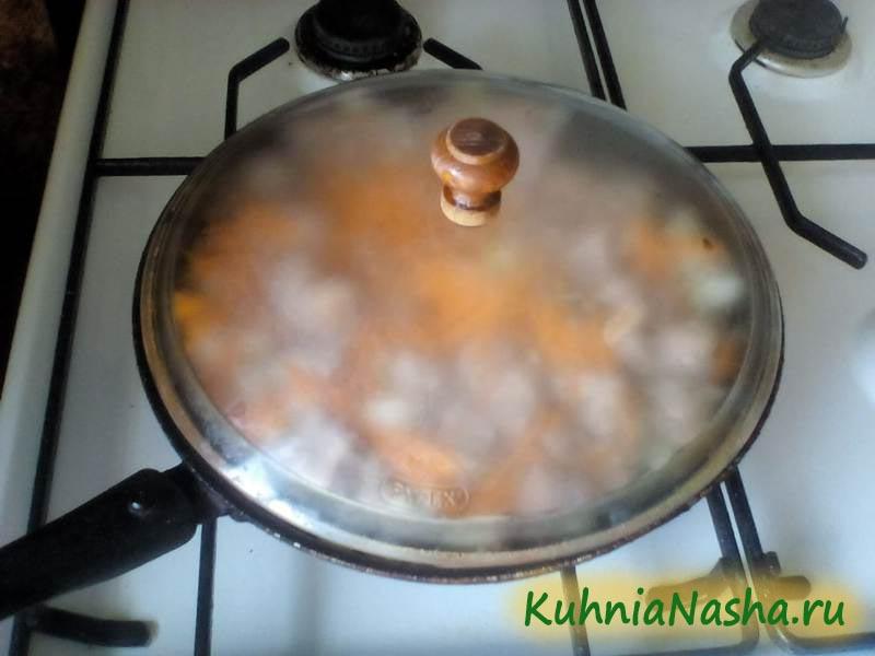 Выложим овощи к мясу на сковороду