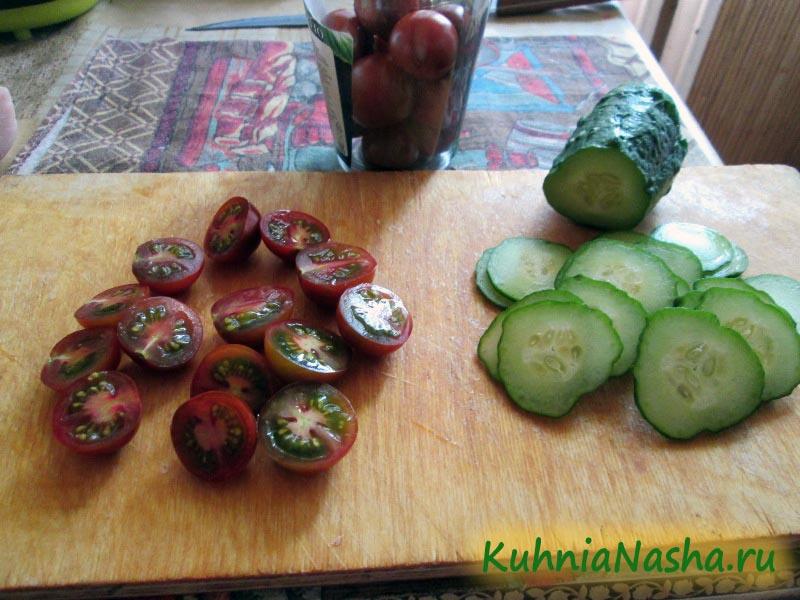 Режем огурцы и помидоры Черри