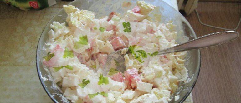 Салат с китайской капустой, помидорами и брынзой