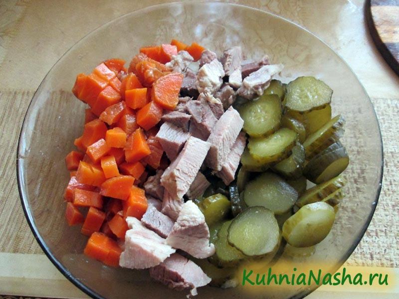 Порезанные огурцы, морковь и свинина
