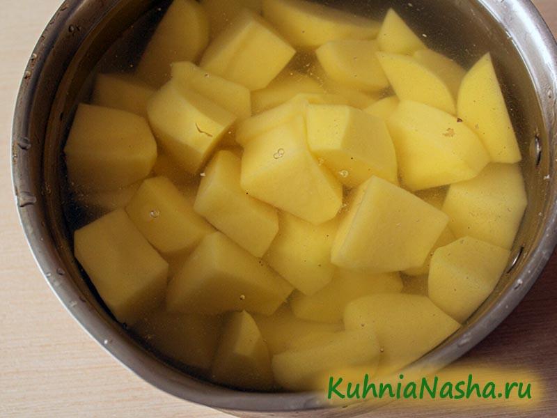 Картошка в миске с водой
