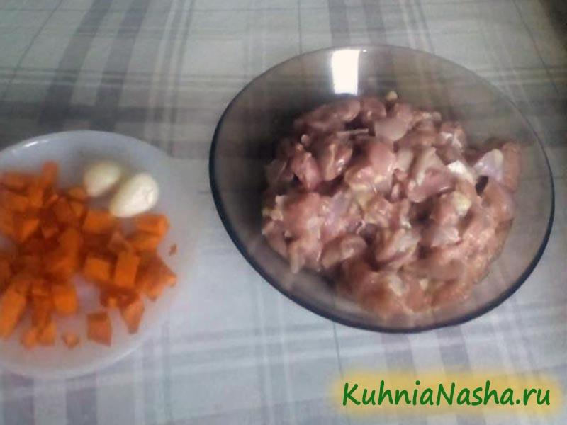 Нарезать курицу и морковь