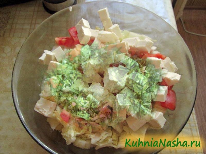 Смешиваем ингредиенты в салатнице
