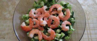 Кладём креветки в салат