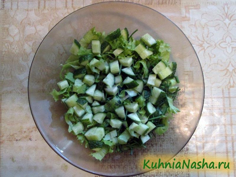 Режем огурцы в салат
