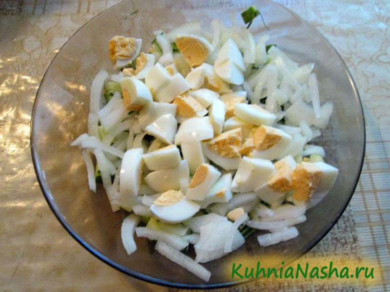 Режем яйца в салат