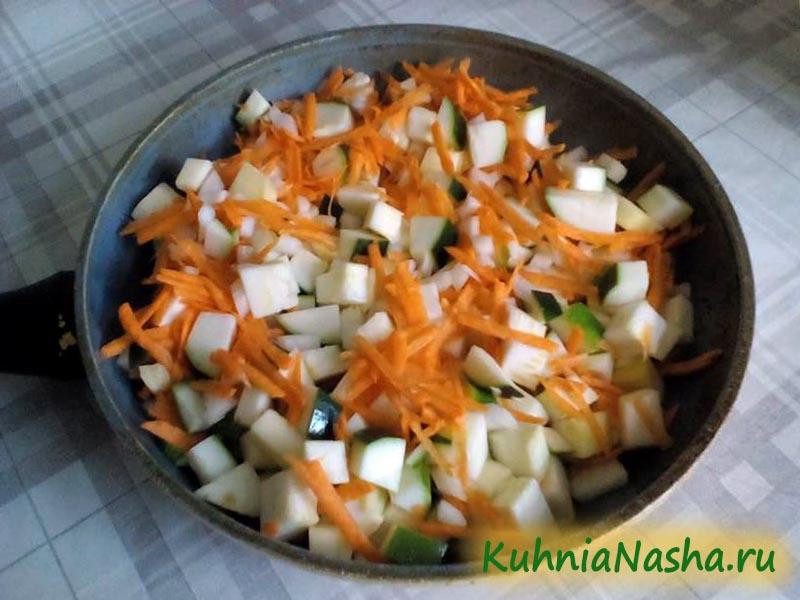 Смешиваем овощи на сковороде