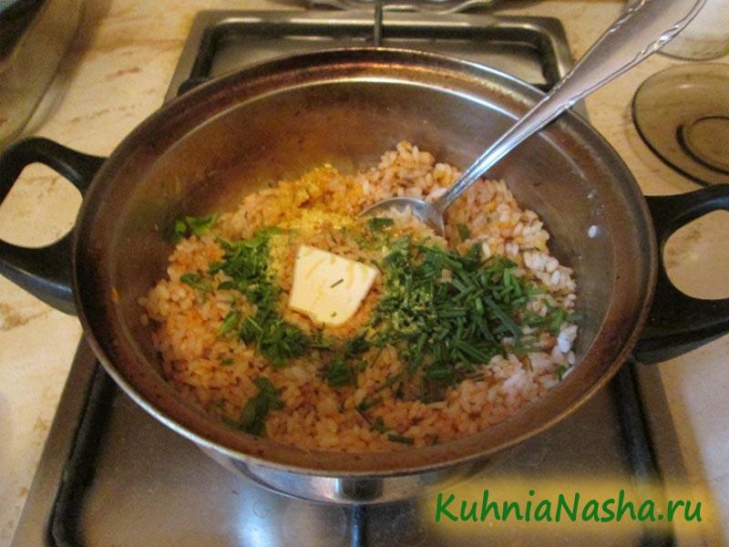 Добавляем в рис зелень и масло